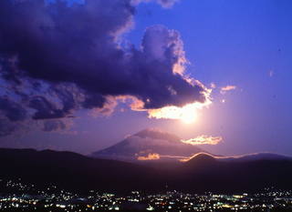 富士に沈む満月